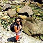 playa con formaciones rocosas, aledaña al Canelo