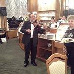 В ресторане по-домашнему уютно,играет скрипка серенаду Шуберта.