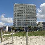 Hotel desde la playa, la puerta esta justo en el acceso a la playa