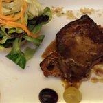 Escalope de foie d'oie poêlé sur un toast, salade mélangée.
