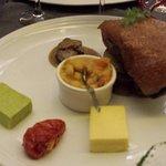 Magret d'oie confit grillé à la peau, pommes de terre sautées.