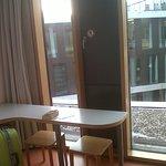Mesa en la habitación, muy buena iluminación y aislamiento termico
