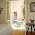 Ceci est la chambre d'été avec terrasse privée, douche et lavabo dans la chambre.