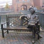 Mark Twain auf der Bank vor dem Hotel