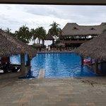 Blick von der Lobby zum Pool. Bei den Palmen geht es zum Strand