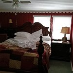 Laurel Springs Lodge - Paradise bedroom (bed and flatscreen TV)