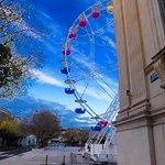 la grande roue a coté des arènes de Nîmes