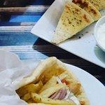 O tzatziki é essa pastinha maravilhosa típica grega e o sanduíche no pão árabe é o giros