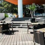 Ruang makan dengan view kolam renang