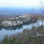 Vista desde la montaña de enfrente al hotel