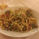 Porzioni abbondanti, pasta tipica (busiata trapanese), pesce fresco e menù del ristorante.