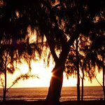 premier coucher de soleil sur la plage derriere l'hotel