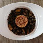 Choco con habas en su tina, plato original de Bajo de Guía creado por su chef.