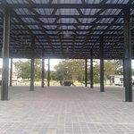 Plazoleta remodelada (2016) sobre el estacionamiento subterráneo. Al fondo el parque.