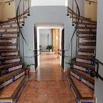 detalle de escaleras y al fondo el ascensor de la hospedería.