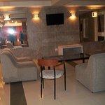 sala de estar con sillones super comodos y LED
