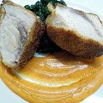 Filetto di pesce spada croccante, crema di peperoni rossi e cavolo nero brasato