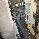 Вид из номера с балконом на боковую улицу.