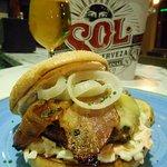 Burger Jack con coleslaw y salsa ranchera