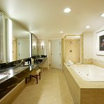 King Suite - Bath w/Jetted Tub