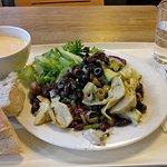 Tuoreet salaatit ja mukava, rento tila. Kahvi voisi olla parempaa.
