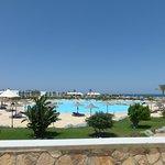 zicht van restaurant naar zwembad
