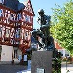 """Adelsheimer Hof in Nassau mit Bronzeskulptur """"Der Denker"""" auf Granitsäule (nach dem Original des"""