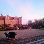 Gammel Estrup til jul ved solnedgang