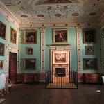 komplettes Zimmer mit Gemälden