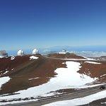 Conjunto de observatórios visto do outro lado do cume