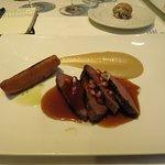 Magret de pato marinado con azucar de caña, puré de pera y granada