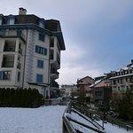 Les logements donnent à l'arrière de l'hôtel. Excellente situation : au coeur de Chamonix