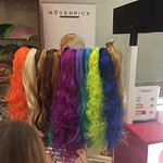 продажа сувениров - вееры, парики и прочее, рядом мороженое
