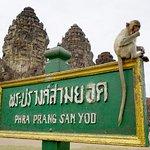 พระปรางค์สามยอด โบราณสถานที่สวยงาม อยู่ในตัวเมืองจังหวัดลพบุรี
