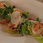 Салат романо с креветками и соусом Цезарь