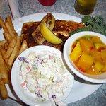 Fischgericht mit hausgemachtem Chutney, hausgemachtem Cole Slaw und leckeren fries