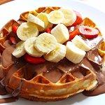 Φρέσκια βάφλα με σοκολάτα, φράουλες και μπανάνα