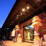 バリの木彫り職人によるゲートとパユン(バリ傘)が異国情緒溢れるメインエントランス。