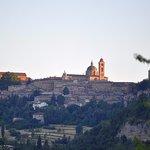 Vista panoramica del centro storico di Urbino dal parcheggio dell'hotel