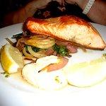 Excelente salmón con salteado de hinojos y cebollas caramelizadas
