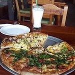 pizza frutos del mar con albahaca !! excelente combinacion !!