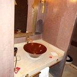 Banheiro também em marrom.