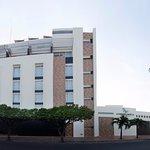 Fachada Hotel CasaBlanca. Ubicados en el corazón de la ciudad.