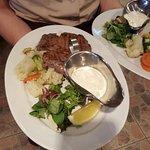 """""""Бестейка"""" из говядины, с чесночным соусом и гарниром из овощей."""