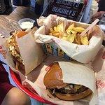 Τρομερό μπεργκερ και πατάτες!! Πολύ προσεγμένες γεύσεις!! Αξίζει με τα χίλια!!!! Και να βάλετε κ