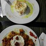 Primeros platos de la cena, ensaladilla y pisto con huevo frito.