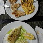 Segundos platos: lomo con patatas fritas y verduritas y calamar a la plancha con ensalada de col