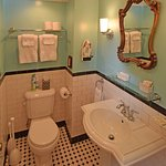 Front Carriage House Room Bath