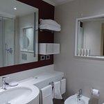 Baño moderno y espacio muy bien aprovechado
