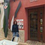 en la puerta del coffe&sins